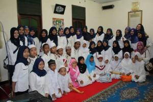 foto bersama panitia dengan anak-anak serta pengurus panti Majelis Talim Nurul Ikhlas