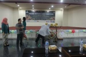 Pemukulan gong sebagai tanda dibukanya Perbanas Institute Dance Competition 2016